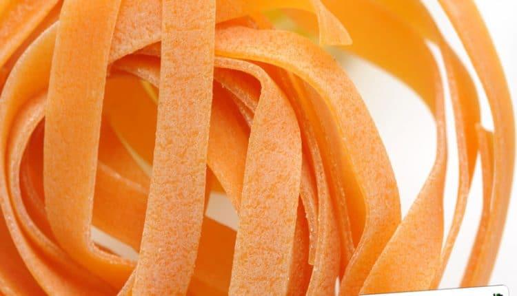 Pasta colorata giallo arancio