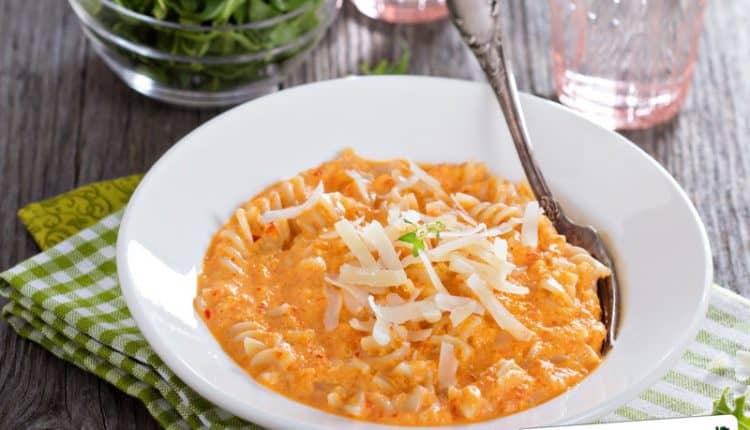 Pasta con peperoni e zucchine in crema