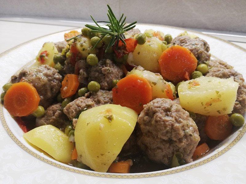 Polpette in Umido con Patate e Piselli