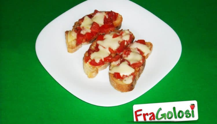 Bruschette con pomodoro e formaggio