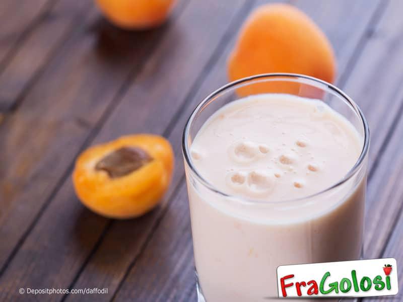 Frullato di yogurt con miele ed albicocche