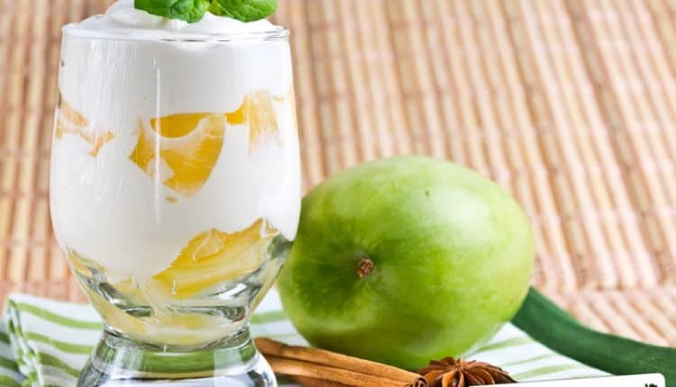 Coppa di gelato con mele e ananas