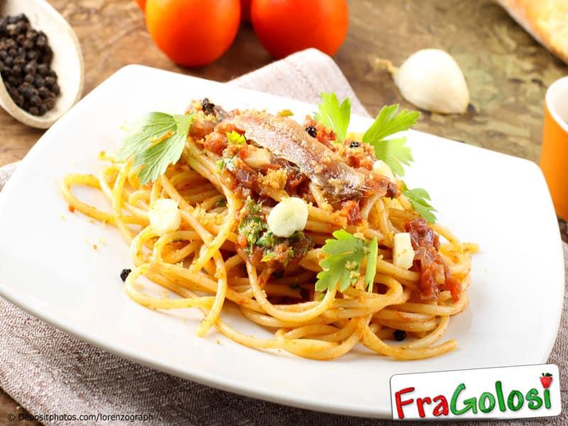 Pasta con salsa cruda alla siciliana