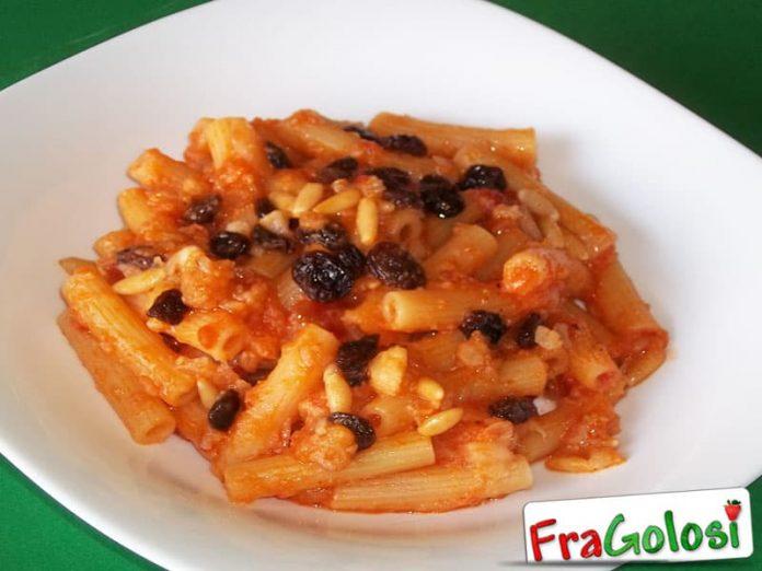 Pasta al cavolfiore con olive, uvetta e pinoli