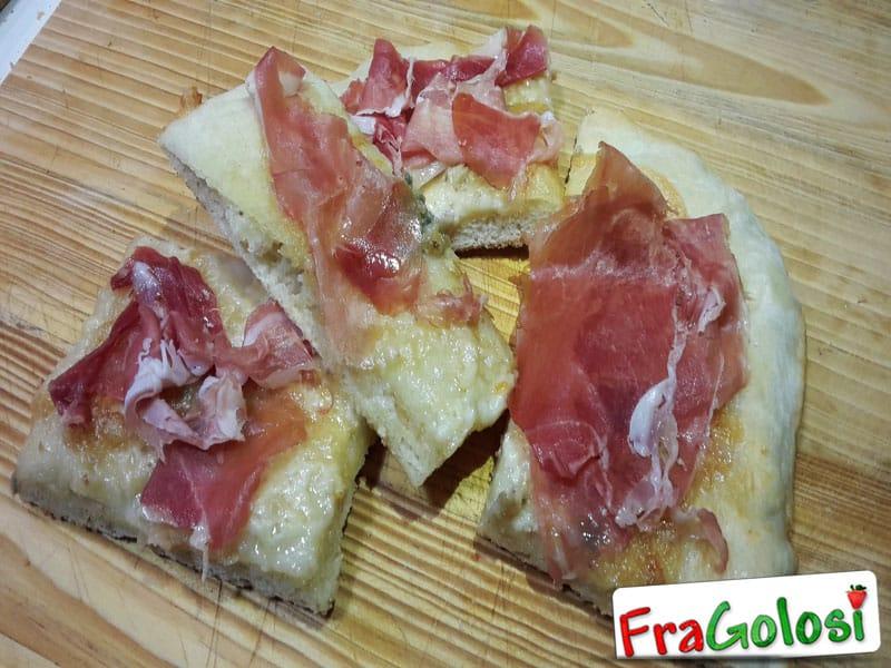 Focaccia con Prosciutto Crudo e Gorgonzola