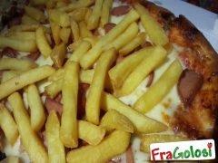 Focaccia con Patatine Fritte, Wurstel e Mozzarella