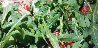 Focaccia con robiola, rucola e pomodori