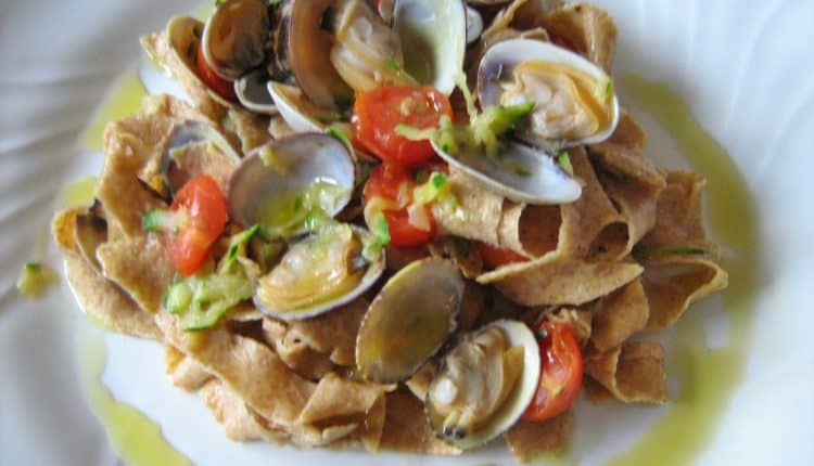 Pappardelle integrali con vongole, zucchine e pomodorini
