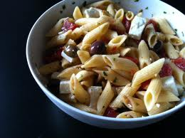 Pennette con pomodorini, feta, olive e basilico
