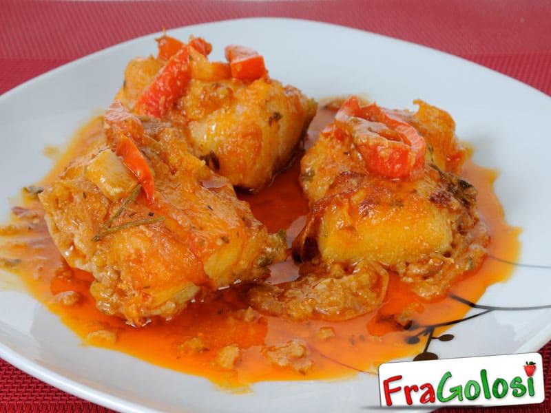 involtini prosciutto e formaggio filetti di platessa in salsa di peperoni