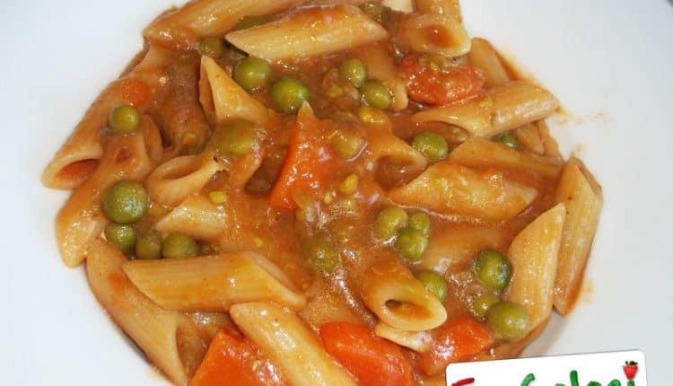 Pasta con piselli, pomodoro e carote