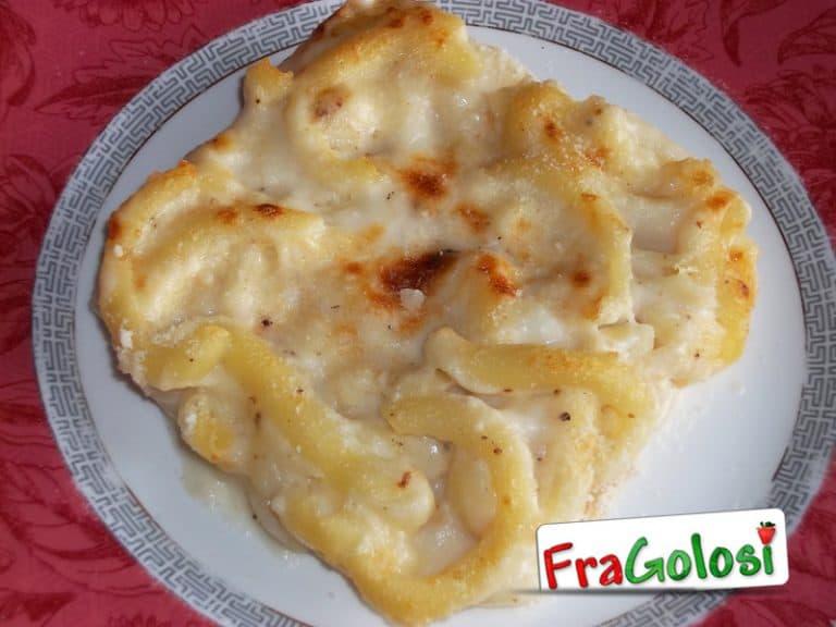 Pasta gratinata con besciamella e formaggi