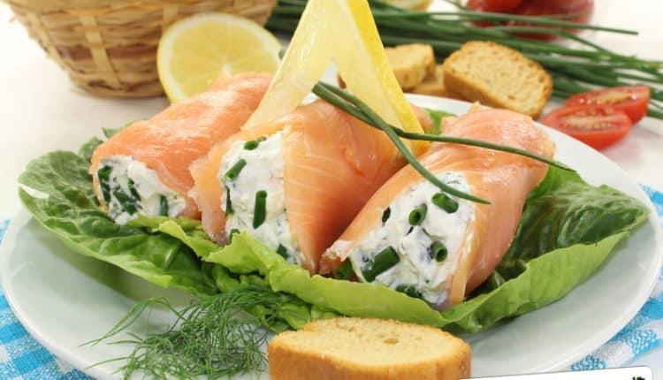 Rotolini di salmone affumicato con formaggio e noci