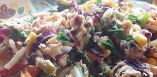 nsalata di tonno con rucola, radicchio, mais, finocchi e carote