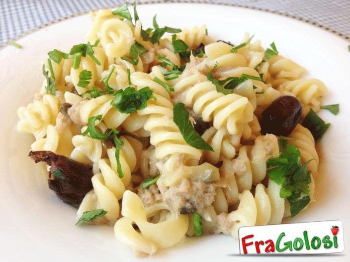 pasta alla siciliana con tonno, capperi e olive