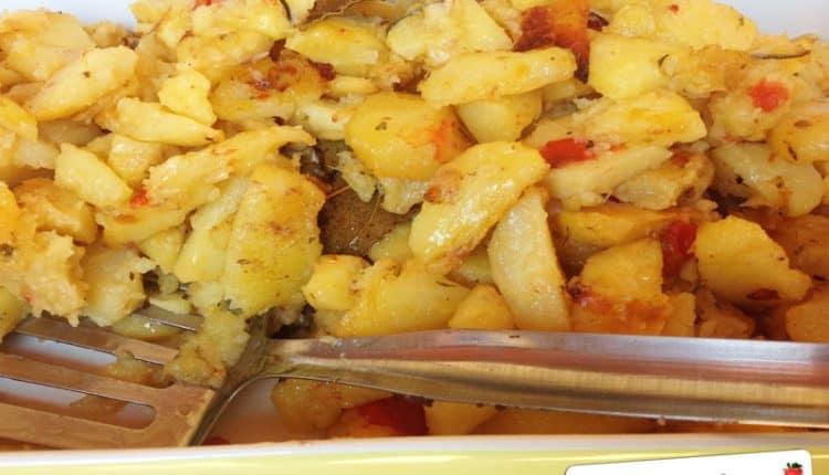 Patate al forno con cipolla, pomodori e rosmarino
