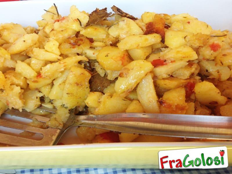 Patate al forno con cipolle, pomodori e rosmarino