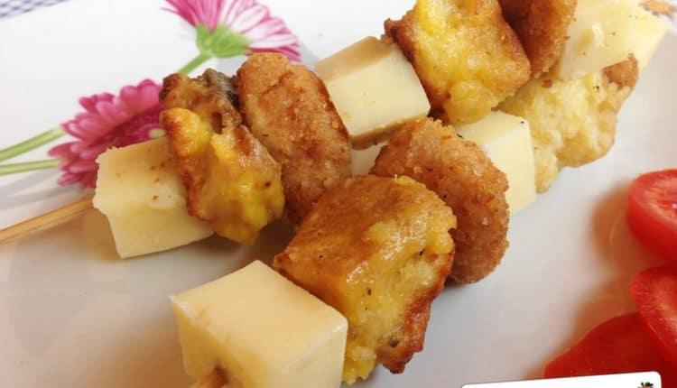 Spiedini di pollo, formaggio e pane fritto