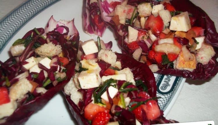 Cestini di radicchio con insalata di frutta e verdura