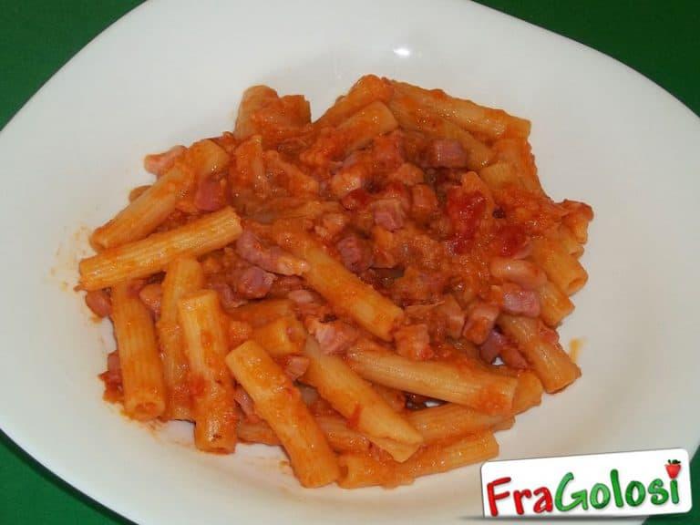 Pasta con cavolfiore, pancetta, pinoli ed uvetta