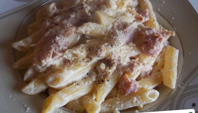 Pasta con salsa alla panna e prosciutto cotto