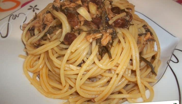 spaghetti con tonno, finocchietto, mandorle e uvetta
