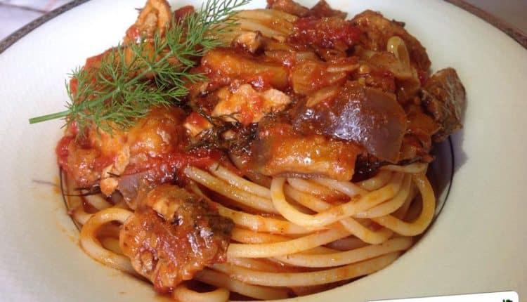 Spaghetti con ragù di sgombro, finocchietto e melanzane