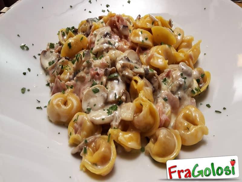TORTELLINI CON FUNGHI E PANCETTA - Ricetta di FraGolosi.it