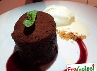 Tortino al Cioccolato con gelato di vaniglia su Coulis di Lamponi
