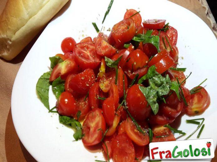 Insalata di pomodori con erba cipollina