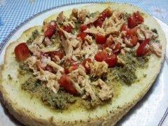 Bruschettona con Pate di Capperi, Olive Verdi, Pomodori e Tonno
