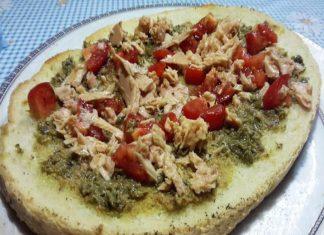 Bruschettona con Paté di capperi, Olive verdi, Pomodori e Tonno