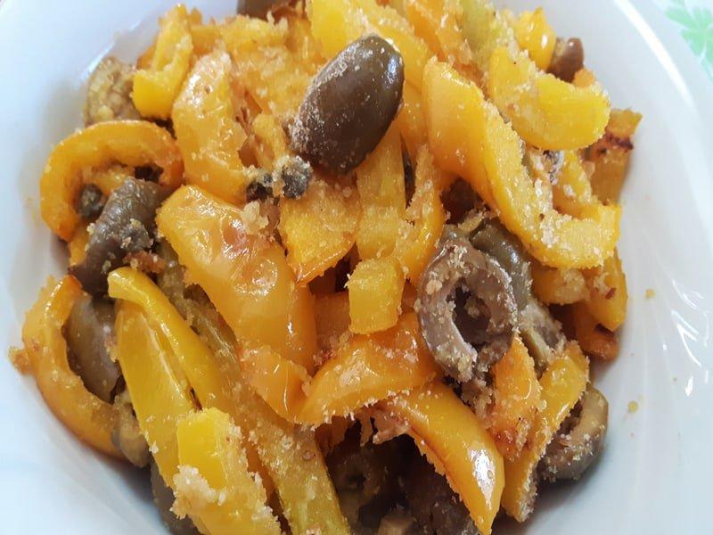 Peperoni al forno con capperi e olive
