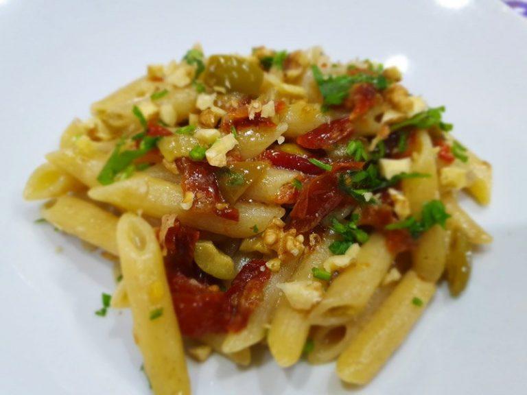 Pasta con Pomodori Secchi e Olive