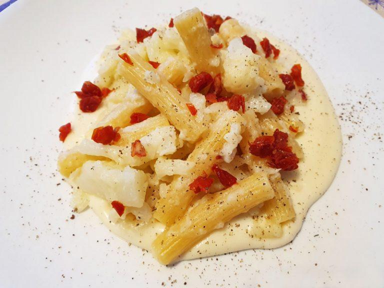 Pasta con Cavolfiore e Pomodori Secchi