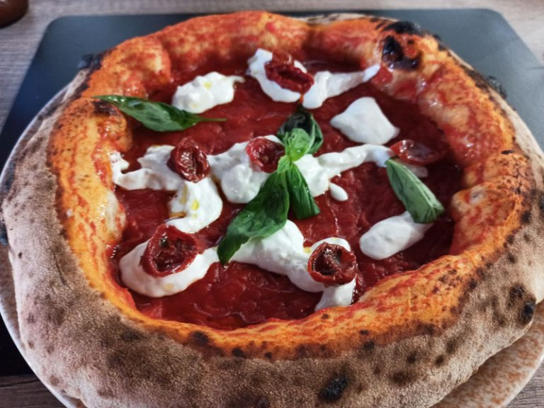 Pizza Integrale con Pomodorini Secchi e Stracciatella