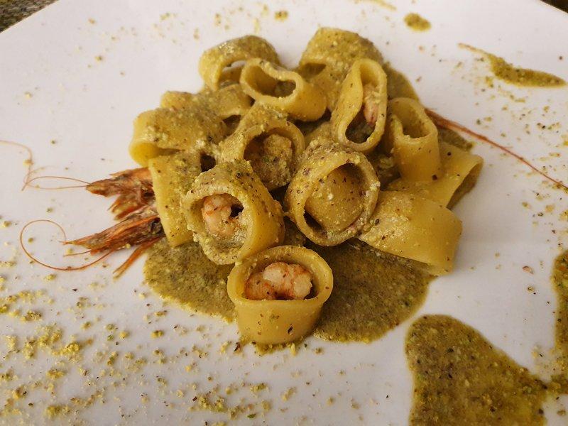 paccheri con pesto di pistacchi e gamberi