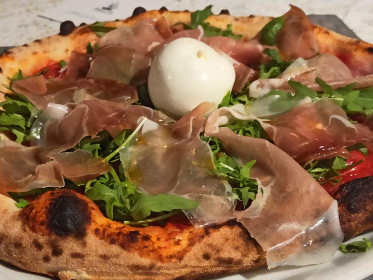 Pizza con pomodorini pachino rucola e burratina