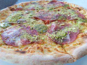 Pizza al pistacchio con capocollo