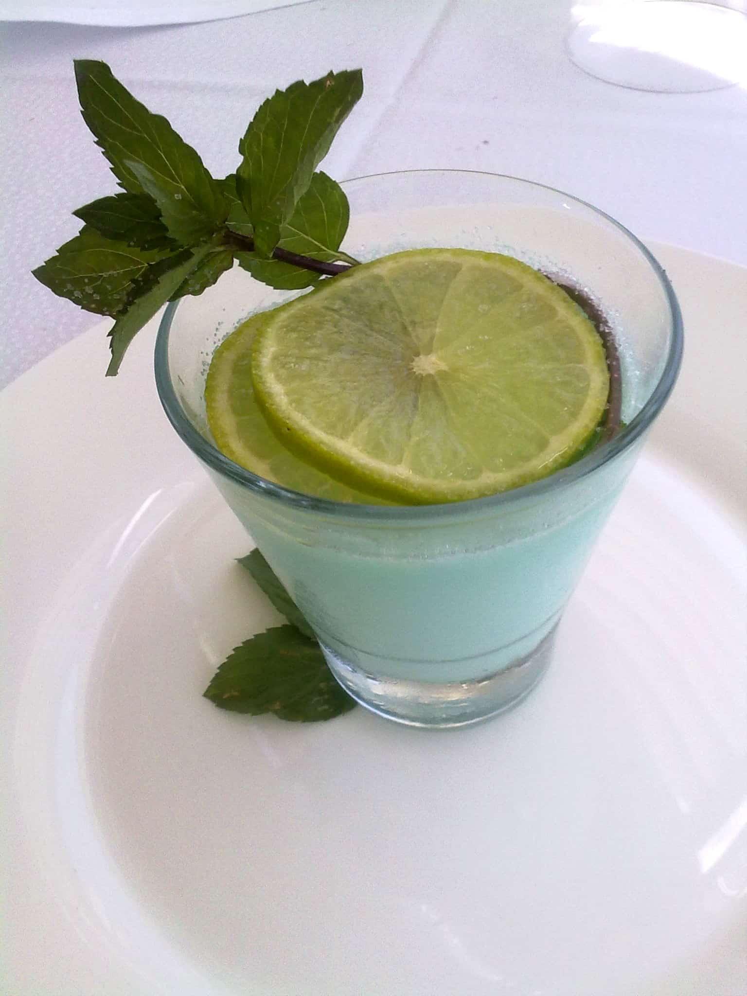 Pannacotta al blue curacao e limone profumata alla menta