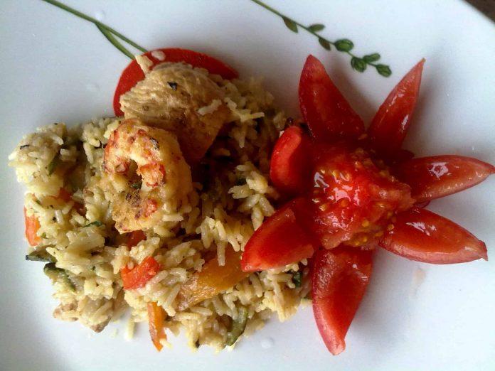 Riso basmati con zucchine, peperoni, pollo e gamberoni all'orientale