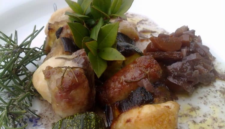 Spiedini di carne e verdure marinate al mirto con cipolle rosse e carote stufate al Cannonau