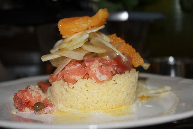 Tartare di salmone e capperi di Salina, cous cous al lime e carpaccio di finocchio e arancia