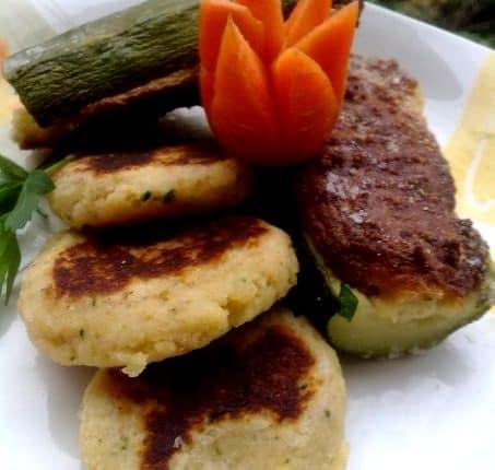 Zucchine ripiene con speck e provola affumicata con mini hamburgher di zucchine, ricotta e grana padano